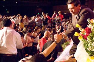 Miguel orando con el publico
